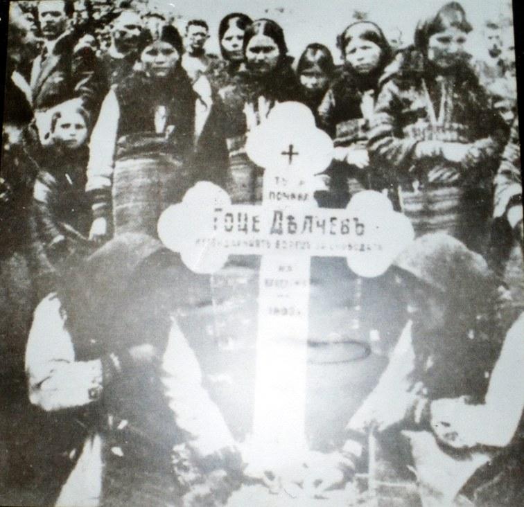 Мраморната паметна плоча на мястото, където е бил първият гроб на Гоце Делчев. На снимката са три от сестрите на Гоце – Ружа, Велика и Елена